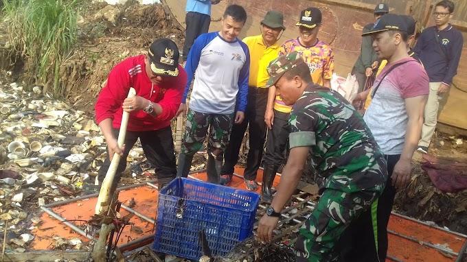 Pemkot Bersama Kodim Depok Bersihkan Lokasi Banjir Kali Pesanggrahan Cipayung