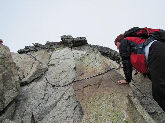 pionowo uformowaną skałę, na której niższe osoby mogą mieć problemy