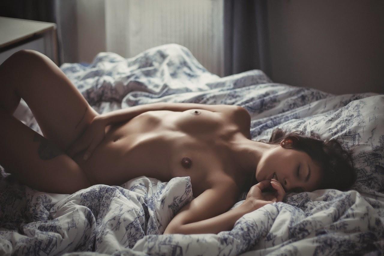 пребы- вала обнаженная девушка на постели фото даже