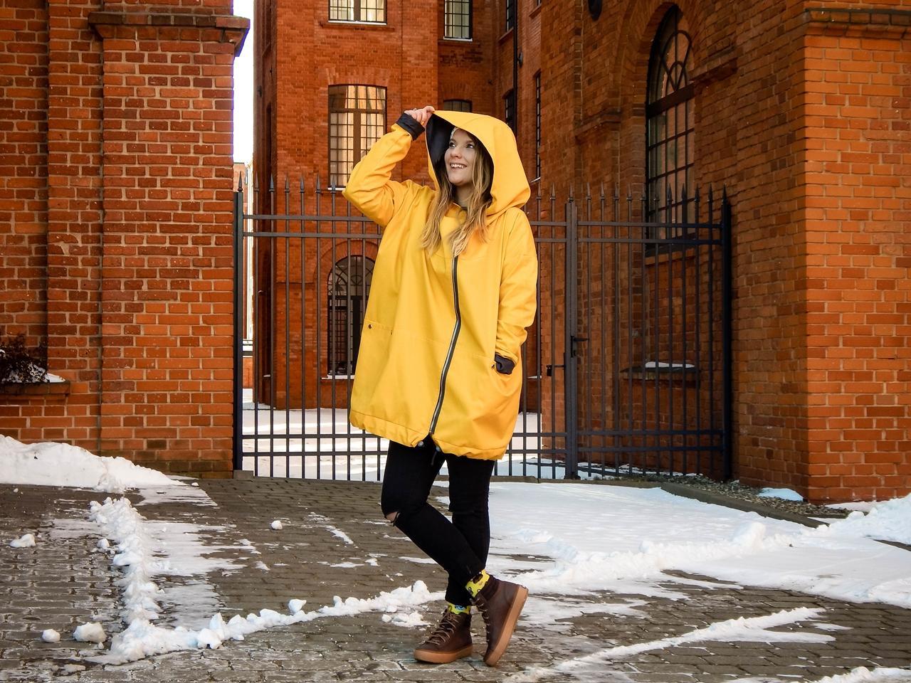 1 agagu clothing casualowy swobodny krój żółty płaszcz sztormiak kurtka na wiosnę streetstyle polski łódź moda polskie marki modowe outfit wiosna spring oversize płaszcz kurtka żółty musztardowy