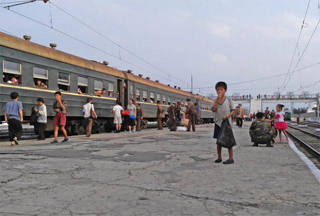Nhưng mỗi khi tàu vào ga, những hình ảnh gợi nhớ đến cuộc sống khó khăn lại hiện ra. Trong ảnh là một cậu bé đi ăn xin ở ga Hamhung.