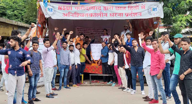 NSUI activists tied black band at the site of protest and paid tribute to petrol