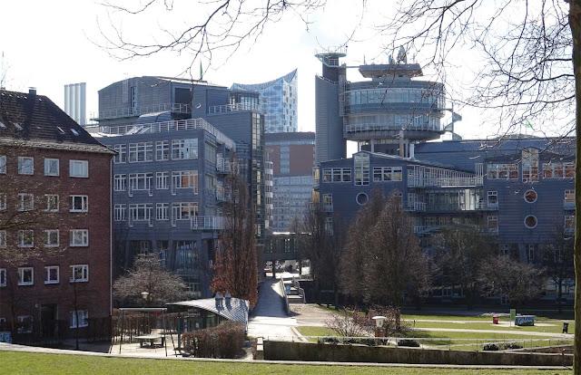 Elbphilharmonie mit Häusersilhouetten in Hamburg