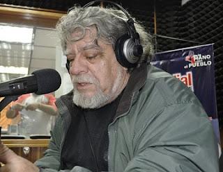 Eduardo Rothe frente a un micrófono en la radio