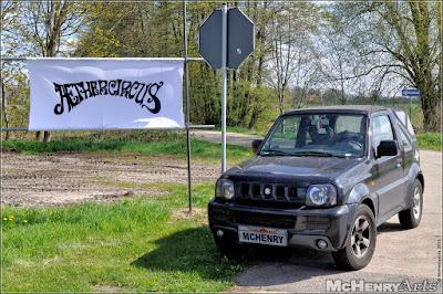 Auto vor Aethercircus-Banner