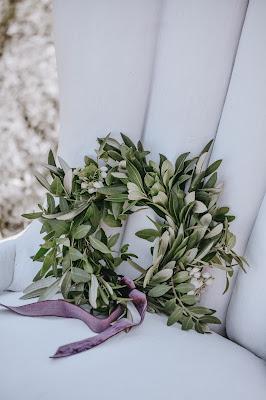 Corona de hojas con un lazo de terciopelo