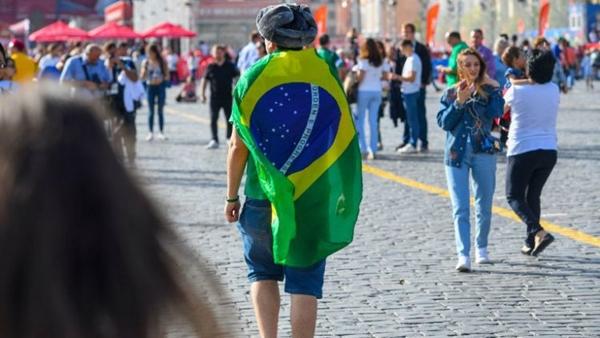 Torcedores brasileiros são flagrados cometendo assédio em mais dois vídeos