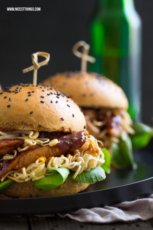 Asiatische Burgerbrötchen selbst gemacht mit Sojasauce und schwarzem Sesam