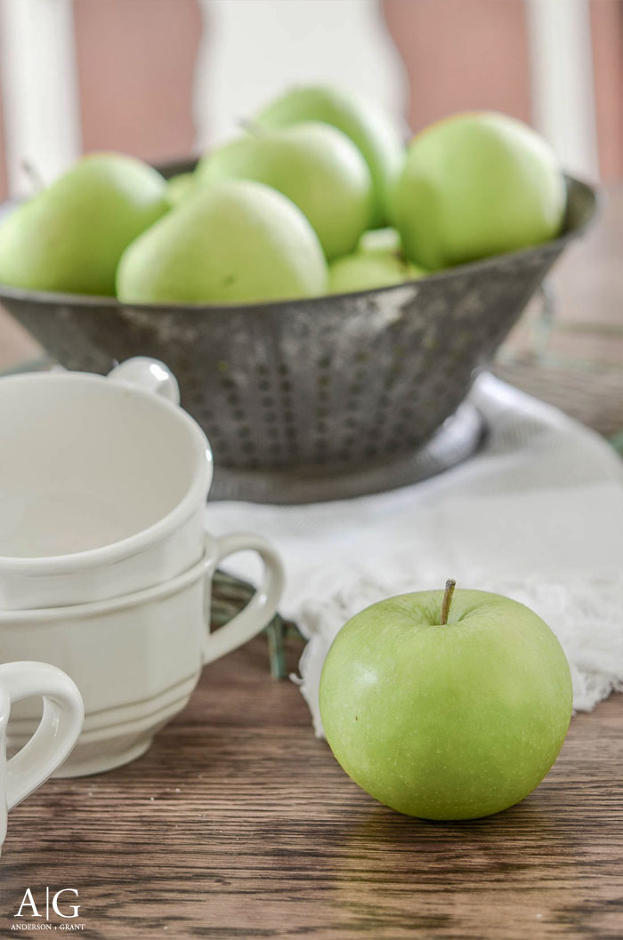 Green apples on the dining room table.  |  www.andersonandgrant.com