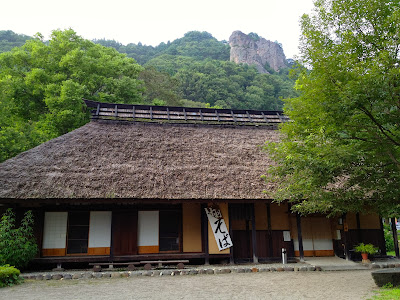 嵩山の麓の古民家風蕎麦屋