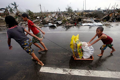 kids scouring for food in the aftermath of Yolanda