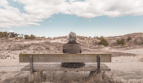 Personne âgée sur un banc