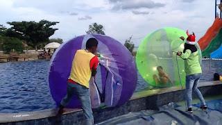 Cara pengoperasian bola gelo atau bola air sangatlah mudah, dengan cara di buka resleting kemudian dipompa menggunakan blower, setelah mengembang dengan sempurna resleting kita tutup kembali dengan rapat