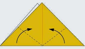 Bước 3: Gấp chéo hai góc tờ giấy lên phía trên.