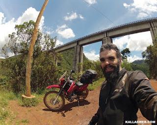 Uma ponte para passagem de trens.