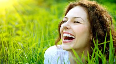 كيف تستخدم المزاح لتجذب اليك الفتاة او المرأة التى تحبها امرأة تضحك woman girl laugh happy