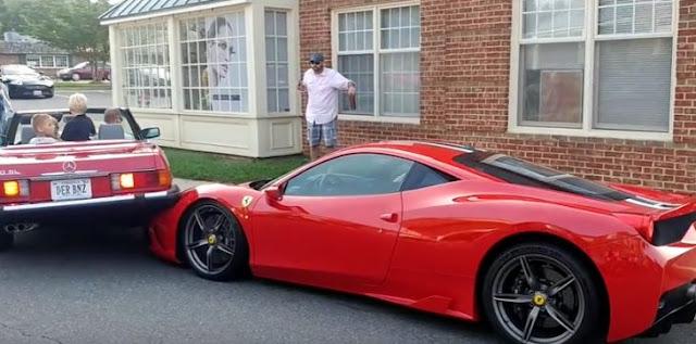 Esta mujer quiso estacionarse y terminó encima de un Ferrari