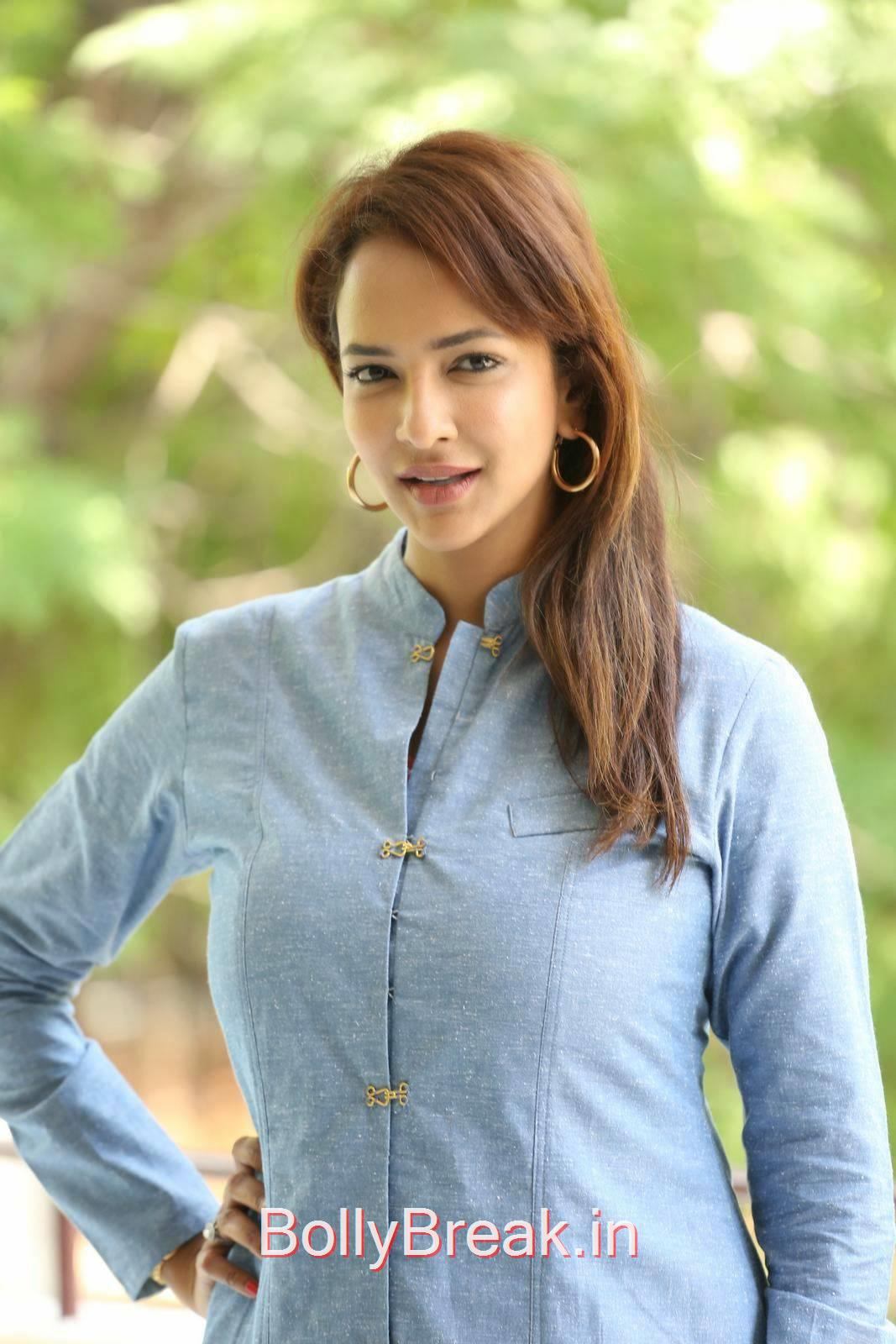 Manchu Lakshmi Pictures, Manchu Lakshmi Latest hot Photo Gallery in HD