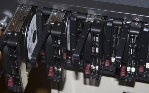 Máy chủ trang bị nhiều ổ cứng