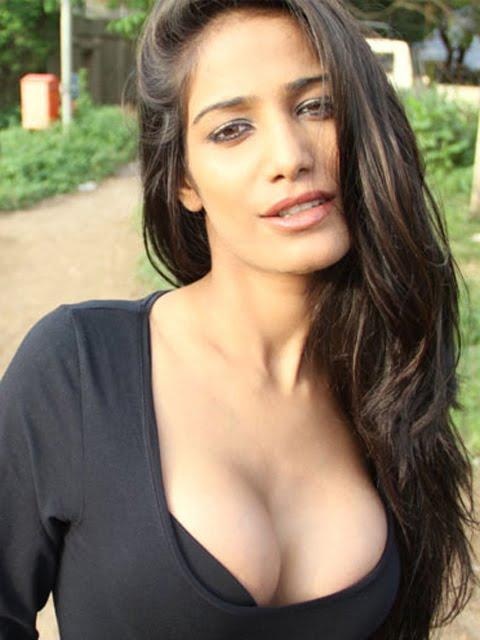 Poonam Pandey's sensational cleavage show - Miss Players