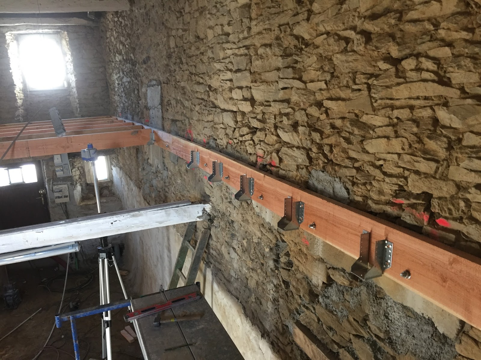couleurs et frappant gros remise chaussures décontractées Revovation dune vielle maison en pierre: Empoutrement plancher