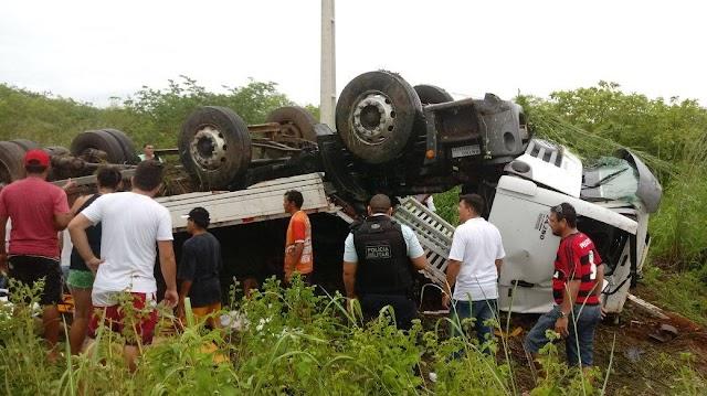 Caminhão capota e deixa 1 morto e vários feridos na CE 321, entre Mucambo e Cacimbas