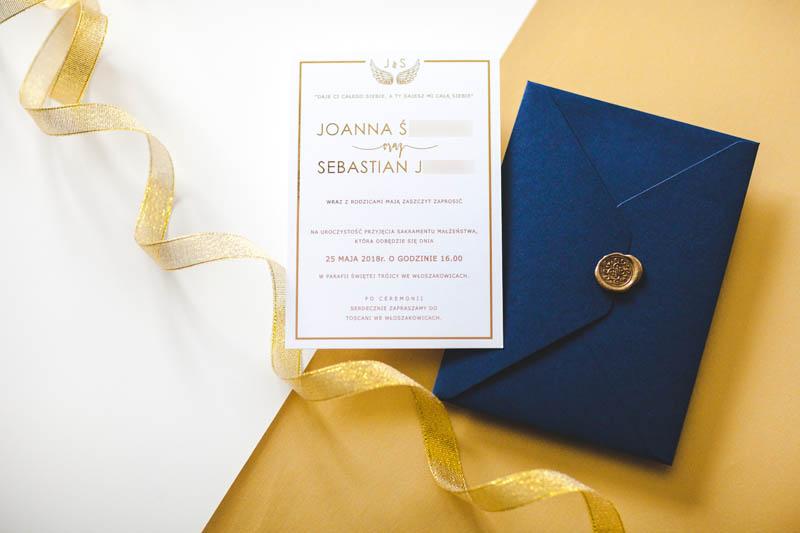 złocone, błyszczące zaproszenia, złote, glamour, monogram, błyszczący, gold foil, kaligraficzne, koperta z wyklejką, lamówka, złota ramka, zaproszenia ślubne złocone, złote zaproszenia slubne, błyszczące, zaproszenia glamour, zaproszenia mieniące się, jednokartkowe zaporszenia, ozdobna koperta, koperta z wklejką, wyklejka do koperty, papeteria ślubna, poligrafia ślubna, piękne zaproszenia, nowoczesne zaproszenia,  geometryczne