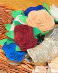http://margaritapaz42.blogspot.com.es/2013/12/flores-de-fieltro-super-facil-imagenes.html