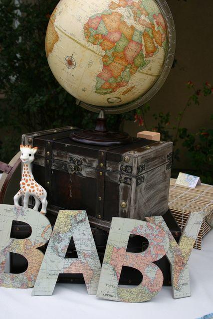 Litere Baby acoperite cu harti vechi pentru decor