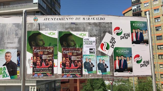 Cartelera municipal con propaganda de las elecciones