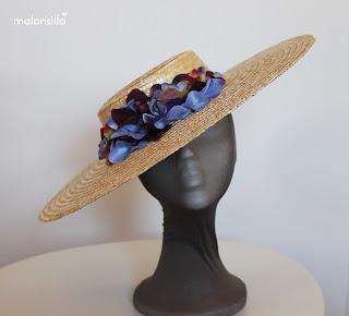 Pamela de rafia tipo sombrero con flores en azul y burdeos
