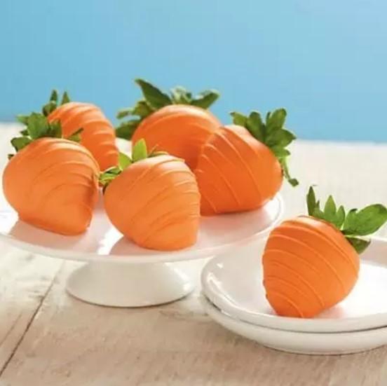 Substitua o chocolate normal pelo laranja e faça morangos em formato de cenouras!