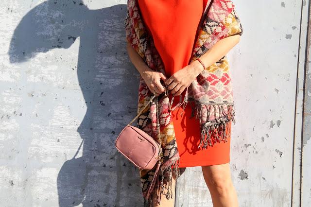 jesienna stylizacja, szal, pomarańczowa sukienka, stylizacja dnia, blog po 30-tce, etno szal, stylistka Poznań, łączenie kolorów, kolory, my-bag