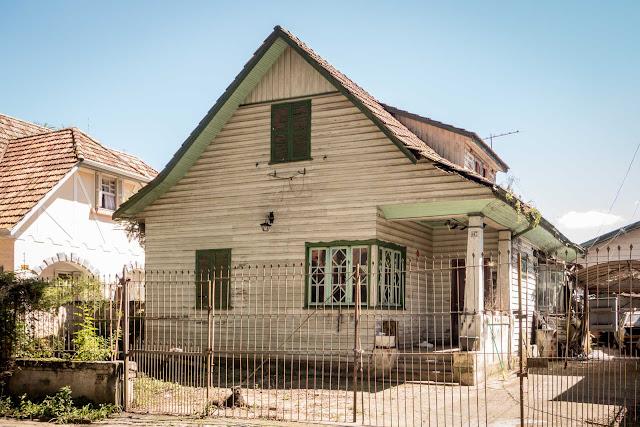Casa de madeira na Rua Constantino Marochi em Curitiba