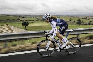 Una ciclista del Team Trek-Segafredo durante il TeamCamp in Sicilia