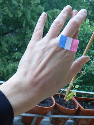 Mittel- und Zeigefinger kreuzen