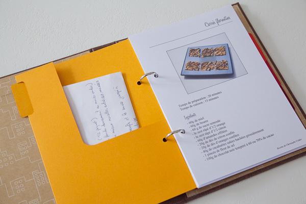 une pochette au dos de chaque intercalaire bien pratique pour ranger les recettes en attente