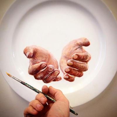 Pintura de unas manos en un plato de comida