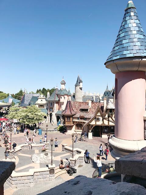 Desde arriba del castillo de princesas una vista de la zona fantasyland