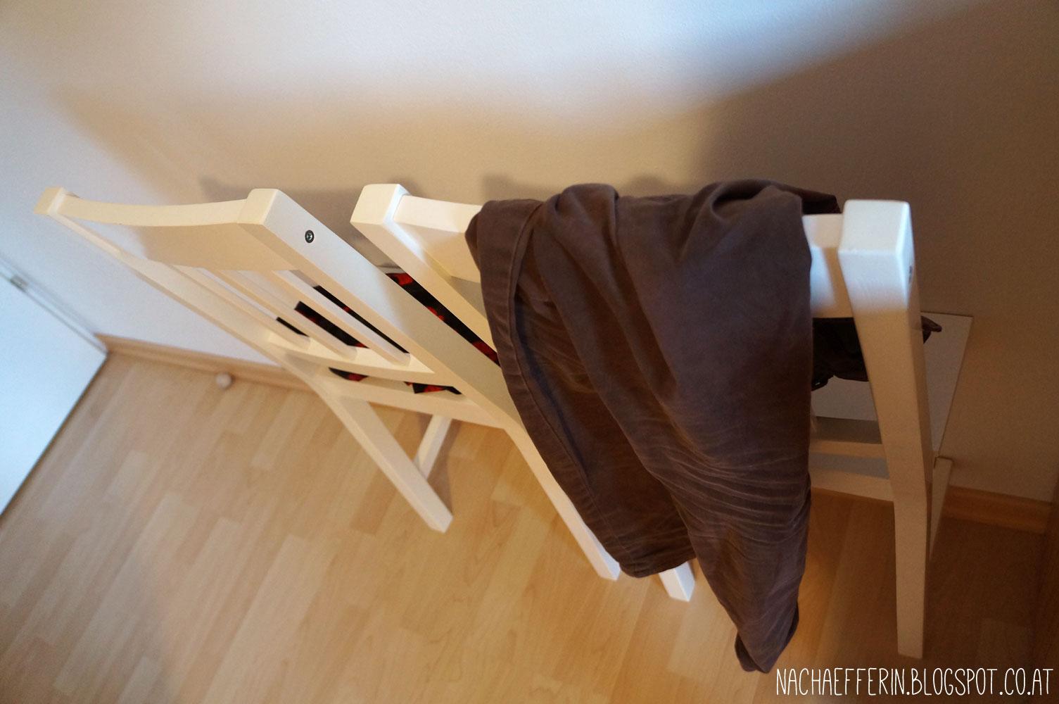 Pro Stuhl Zwei Winkel Einerseits Unten An Der Sitzfläche Befestigt Und Andererseits Wand Geschraubt
