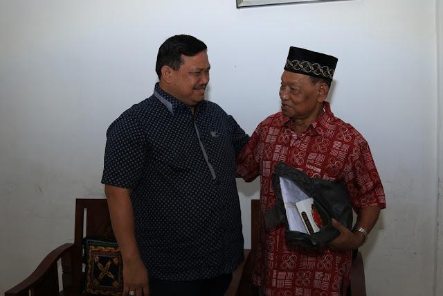 Bupati Labura Kharuddin Syah saat menemui mantan Wakil Bupati Minan Pasaribu