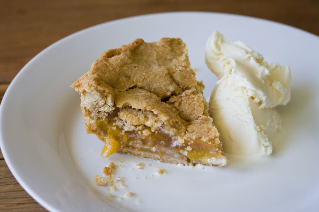 Whole wheat peach pie with vanilla ice cream