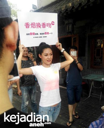 Gadis Cina Rela Berikan Ciuman Kepada Perokok