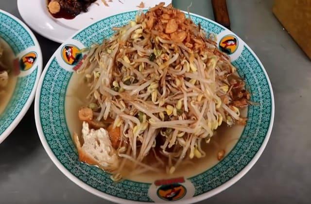 Apa rasanya ya balapan pakai lontong? Eeeh, bukan! Ini nama salah satu makanan di Jawa Timur, namanya Lontong Balap