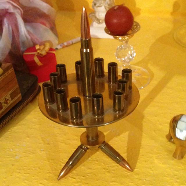 Katonai kézi fegyverek lőszeréből készült dísztárgy - asztali cigaretta kínáló