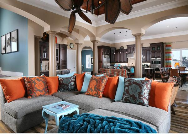 Desain Ruang Tamu dengan Kombinasi Warna Biru, Orange dan Cokelat