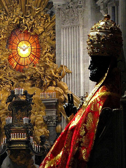 Imagem de bronze de São Pedro, paramentada no dia de sua festa.  No fundo: altar com relíquias do trono do Príncipe dos Apóstolos