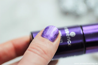 Review: essence - step into magic wonderland - Melted Chrome Nails Tragebild - www.annitschkasblog.de