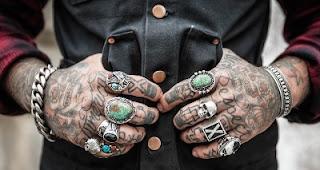 Tatuaggi mani colorati