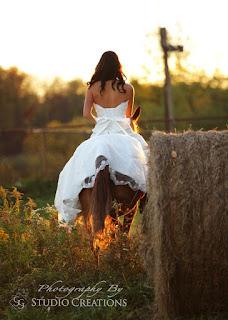 noiva a montar cavalo